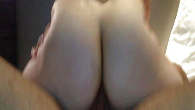 Un esclavo con collar lame apasionadamente el coño de mamas maduritas la dama y ella aprieta fuertemente su shnyaga con mano firme.