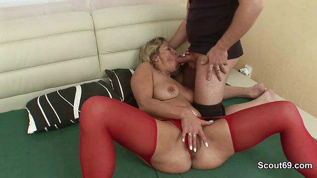 Una dulce pareja de madres culonas follando lesbianas recibe placeres íntimos con la ayuda de la lengua y susurrando su coño