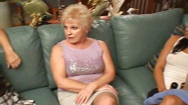 Una mujer en jugo para una consulta se maduritas follando con hijos acuesta con las piernas abiertas en el sofá, y una enfermera le folla el culo con un dedo