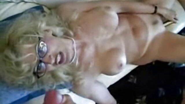 Chicas desnudas llegaron a un madres follando con jovencitos sex shop para comprar, el vendedor se sorprende, se prueban un consolador