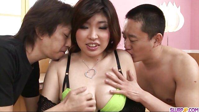 El director japonés fue dejado en un círculo con varios utyrkas de ojos mamas maduritas entrecerrados, metiendo los dedos en la vagina peluda y rasgando las medias.