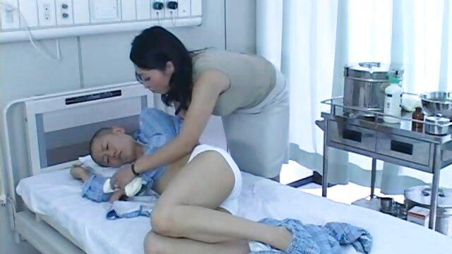 Una mujer en ausencia de sus seres videos de maduras incesto queridos se retiró con una polla de goma en el dormitorio