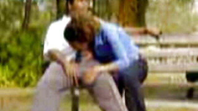 El maduras haciendo incesto hombre de anteojos le folla el culo al enano y a la novia que vino a la fiesta