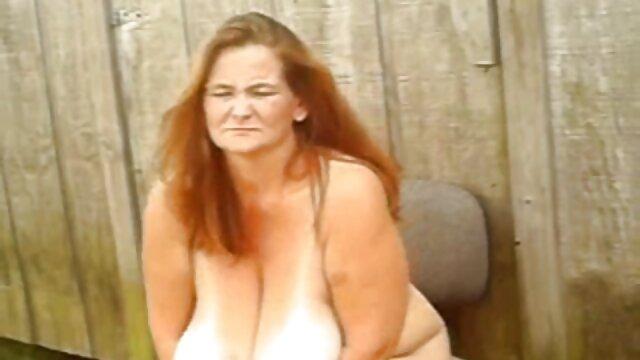 Acaricia el coño en el ipad, registra cómo acaba por un amigo de mamas tetonas cojiendo una casa vecina