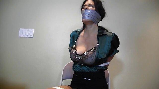 Una amante huesuda se corrompe en el escritorio del jefe, madres cincuentonas follando buceando con un colgado en un coño aplastado