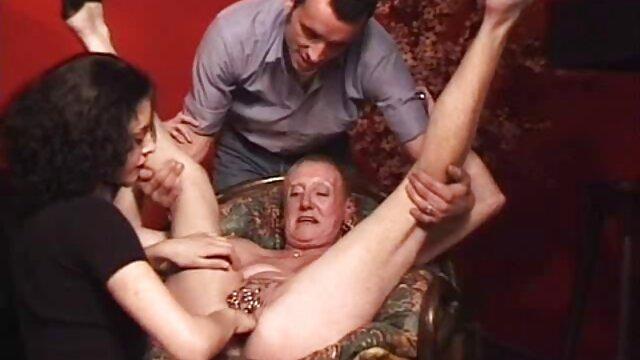 Joven jefe somete a secretaria mamas tetonas cojiendo obstinada de rodillas y la humilla analmente