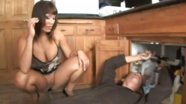 La actriz se desnudó al aire en la radio y los ofigels protagonistas, aún azotándose el culo desnudo con las mamas maduras videos palmas de las manos.