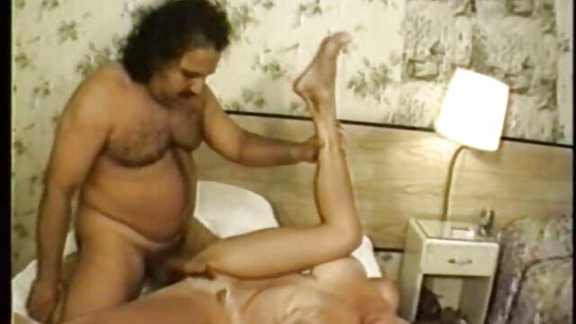 El contramaestre se bajó del submarino durante un par de días de vacaciones maduras haciendo incesto y fue captado por una cámara oculta mientras se follaba a una puta en un hotel.