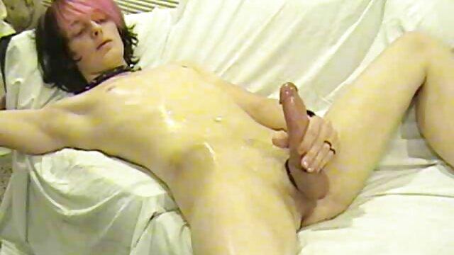 Ama madres cincuentonas follando de casa rusa hace una mamada y es follada por el culo, transmitiendo en una webcam