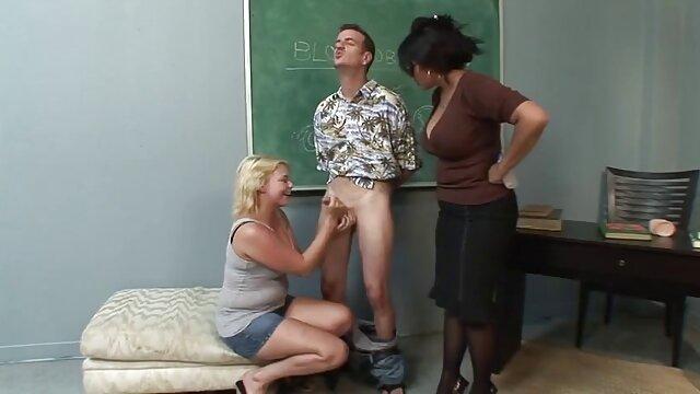 Una joven que pasaba por la habitación de su padrastro lo pilló masturbándose y lo folló por señoras buenas follando una raja peluda