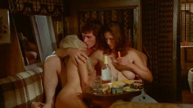 En un restaurante señoras follando con hijos bávaro, un tipo corteja apasionadamente y toca las tetas de una camarera desnuda
