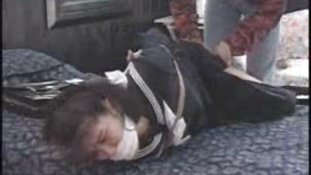 Una joven ama de casa chupó un cargador de culo madres españolas follando negro por entregar muebles a un apartamento