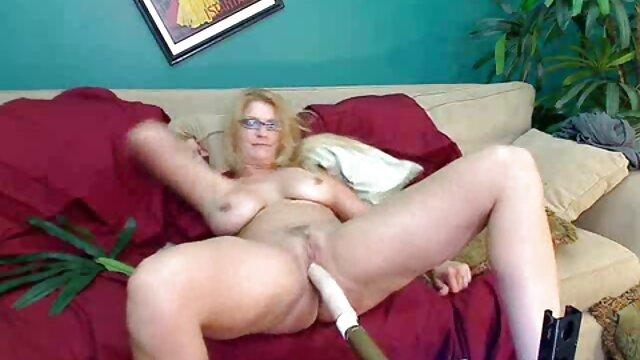 Una borracha desnuda bajo un gran grado empuja a la vieja compañera de bebida suegras tetonas xxx cuando intenta metérsela entre las piernas