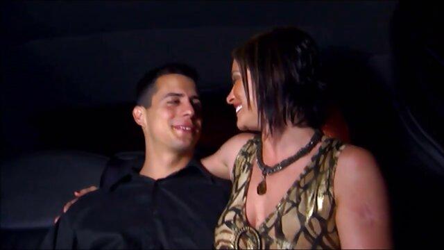 Un pedo de pelo gris se está follando por el culo a una nieta rizada mientras está de pie en la sala de estar cuando incesto maduras peludas ella le mostró los pechos elásticos