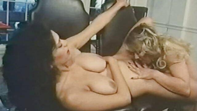 El entrenador no quitó madres maduras para coger los ojos de la entrepierna de la deportista, tocándole suavemente el culo