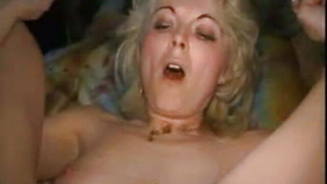 Masturbándose traviesa Dinora acaricia su coño, graba en su móvil y mira porno madres españolas follando real