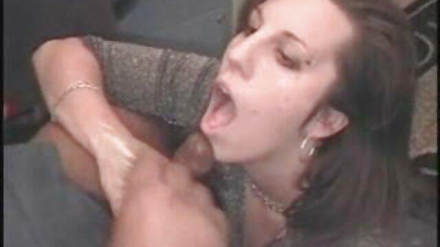 No frágil shnyaga con lubricación empujado en secreto a cuatro follando con señoras mayores patas y terminado violentamente en el culo