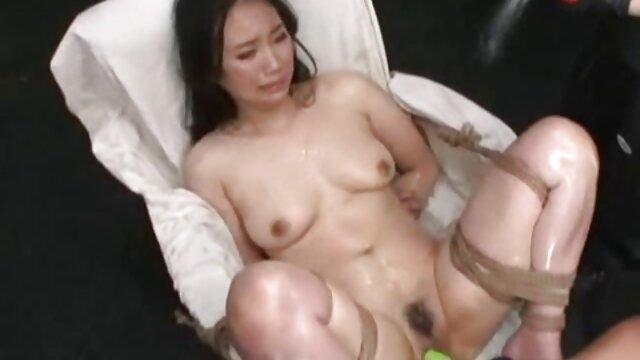Una chica de pelo rizado se para con su botín cáncer al chico y le pone un coñito azucarado madres maduras cojiendo en su pene