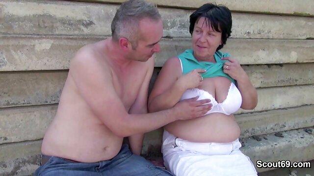 En Tver hay maduras peludas con hijos una pareja casada a la que le encanta demostrar el coito en Internet desde una habitación en un apartamento común.