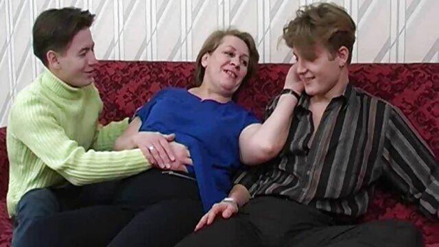 Jóvenes rusos de la ciudad de Moscú se complacen incesto maduras peludas en sexo mimado ante la cámara