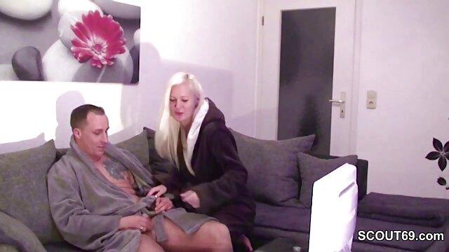 Mujer de Kiev se encuentra con su marido del trabajo en el pasillo con cáncer con madres maduras cojiendo el culo aceitado por adelantado
