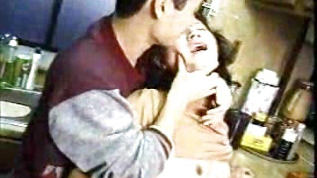 Una chupa a yalda, la segunda se acuesta junto a ella y se masturba disfrutando de la vista de la cópula de su videos de incesto con maduras amiga.