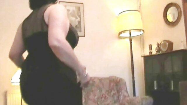 Azafata en el papel de agente secreto folla bajo el lente de la cámara, en una franca serie sobre señoras tetonas follando el amor
