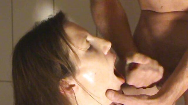 Frota un clítoris lento en lubricación vaginal con un pene madres follando con jovencitos y se sienta lentamente en el pene de un criador de ovejas