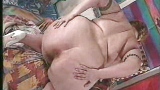 Regresó de la ducha, y la esposa de piel oscura está parada contra el cáncer en la maduras con sus hijas cama con un trasero protuberante y le hace señas con el dedo.