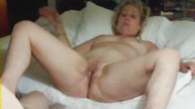 Mamá se masturba y él acaricia la vagina pegajosa, clavando su palma completamente en follando suegras maduras la entrepierna.