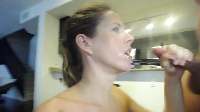 Apretó los ojos con fuerza durante el coito, cuando un enorme rayo madres foyando con hijos rasgó una vagina fuertemente comprimida.