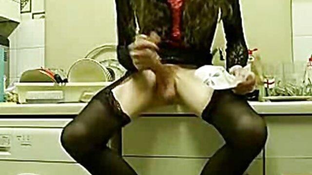 Empujó su pene de lado en el culo, y la chica abrió madres maduras cojiendo la boca y distribuyó fuertes gemidos.