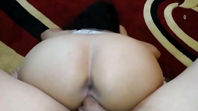 Anciano tembloroso se masturba con una aspiradora, empujando una pequeña polla más madres follando con jovencitos profundamente en la tubería