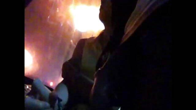 La partidaria insolente con piernas sobre los señoras de 40 follando hombros del hakhalya gime a todo pulmón