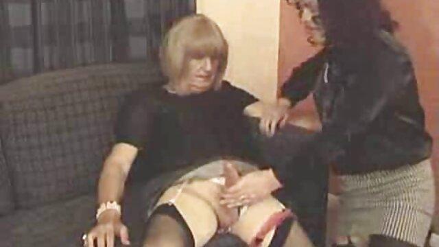 Vendió a señora mayor follando la chica a un negro con una polla larga hasta las rodillas por cien dólares y la ataron a la cama.