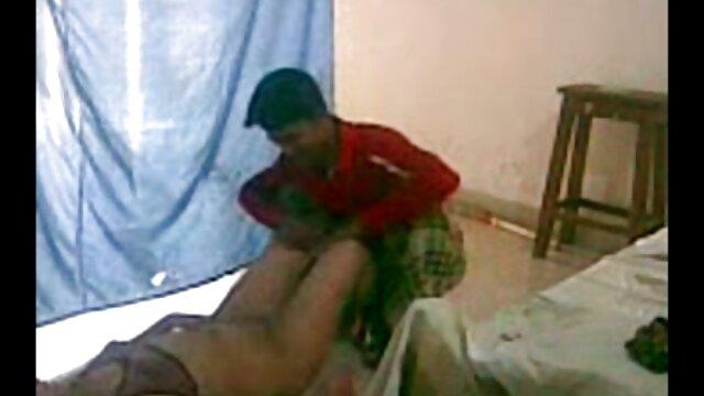 En el pasillo, madura se folla al novio de su hija dobló el culo y le dio a un agente inmobiliario negro para sujetar a su bebé en un ano apretado